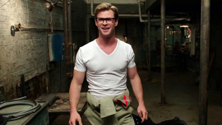 Chris Hemsworth as the blonde bimbo Kevin (Ghostbusters, Universal Pictures)