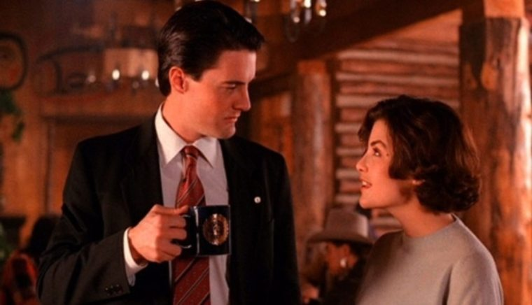 Agent Cooper (Kyle MacLachlan) with pining teenager Shelley (Mädchen Amick) (Twin Peaks, ABC Studios)