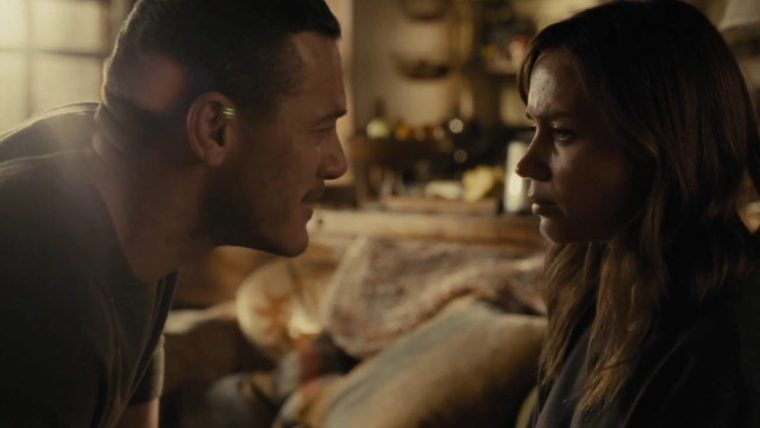 Scott (Luke Evans) with Rachel (Emily Blunt) in this gritty psychological thriller (The Girl On The Train, Dreamworks SKG)