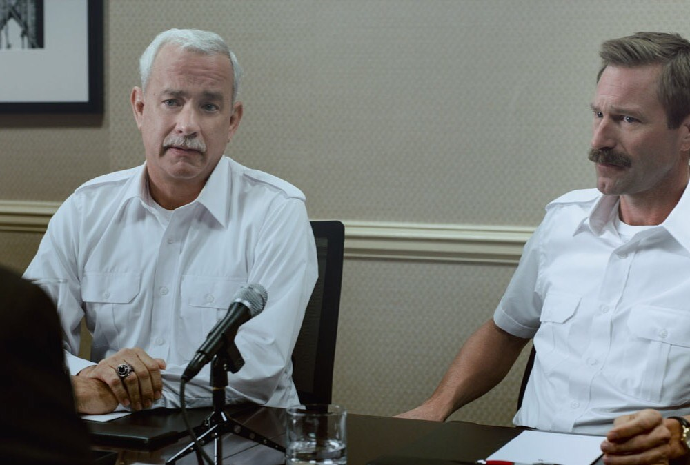 Captain Sully (Tom Hanks) and First Officer Jeff Skiles (Aaron Eckhart) in Clint Eastwood's Sully (Sully, Warner Bros.)