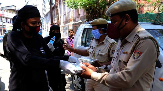Covid-19 Lockdown: Sri Sathya Sai Seva Organisation provides Lunch Packets to policemen