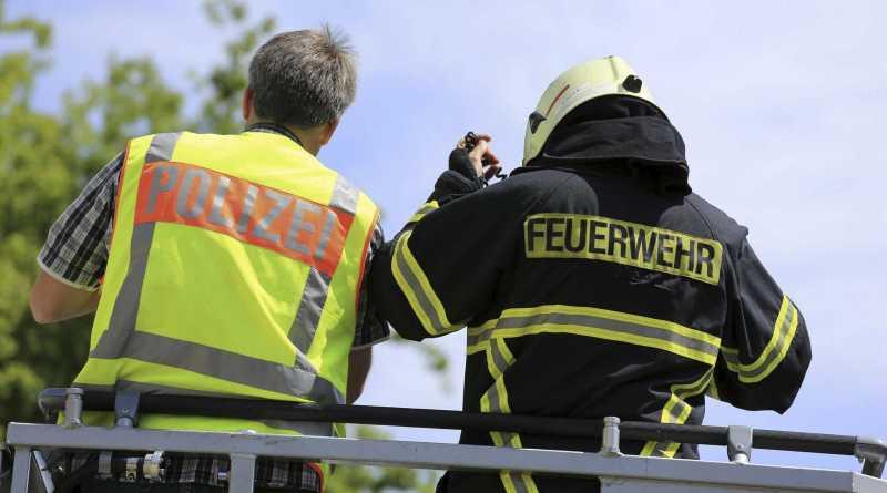 Feuerwehr löscht brennende Gartenlaube, Polizei ermittelt