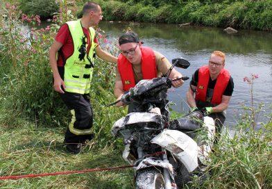 Feuerwehr holt Motorroller aus der Rhume