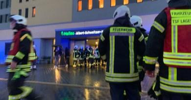 Großeinsatz an Northeimer Klinik: Feuerwehr löscht Zimmerbrand, Person schwer verletzt