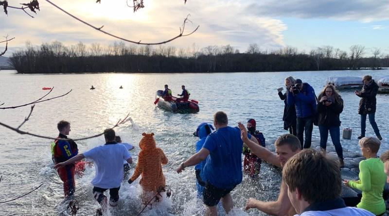 Eiskalte Schwimmer eröffnen die Northeimer Badesaison am Freizeitsee