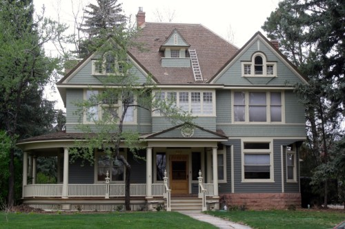 This Victorian house, built in 1895 by Jay Bouton, features Shingle architecture. 113 N. Sherwood.