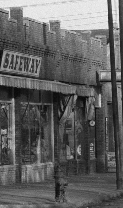 The Safeway Store was at North 30th and Redick from the 1920s through the 40s, when it became Minne Lusa Hardware. Today its Four Aces Pawn Shop.