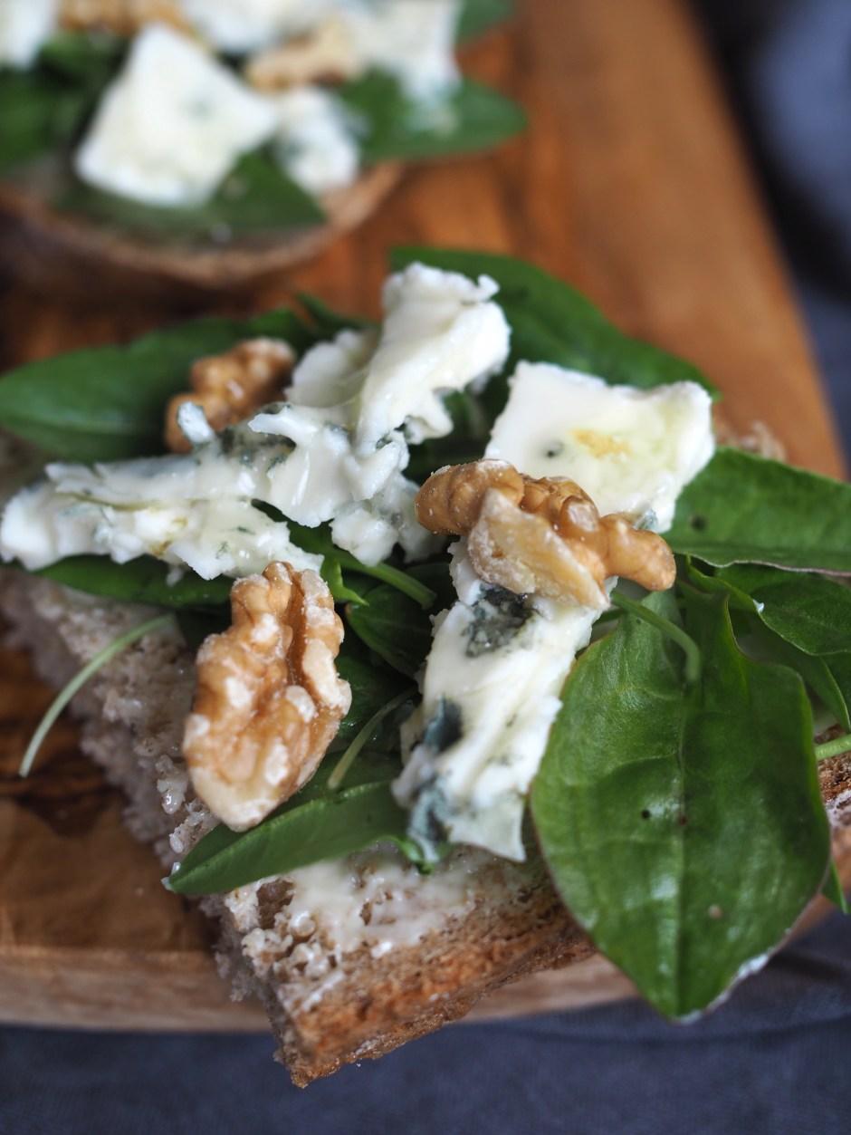 Wild Sorrel & Blue Cheese Smørbrød (Engsyresmørbrød med Blåmuggost)