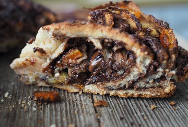 Whole Wheat Dark Chocolate and Candied Orange Peel Braided Swirl Bun (Grov-flettekrans med skjokolade og kandiserte appelsinskall)