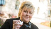 Prime Minister Erna Solberg congratulates the Colombian president on the Peace Prize