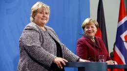 Angela Merkel (R) and Prime Minister of Norway Erna Solberg