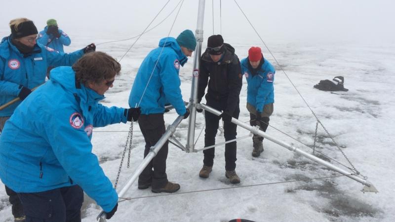 Assembling the weather station on the Spitsbergen glacier, 22 August 2015, photo Martijn Bink/NOS