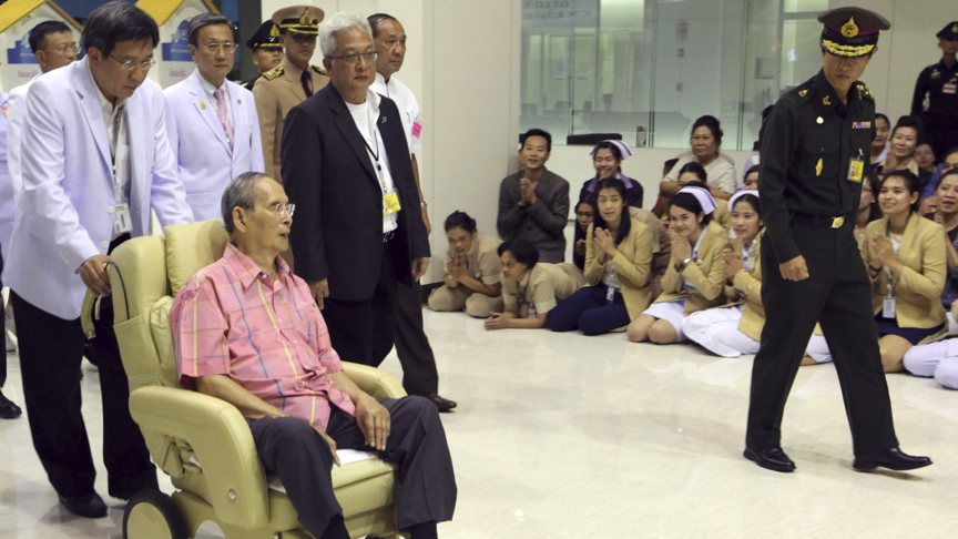 King of Thailand in Bangkok hospital on 1 September 2015, while employees kneel for him, photo by EPA