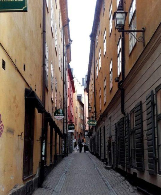 Las estrechas calles de Gamla Stan nos invitan a pasear