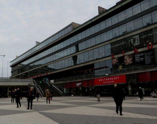 Junto a la estación de Metro T-Centralen se ubica la Casa de la Cultura