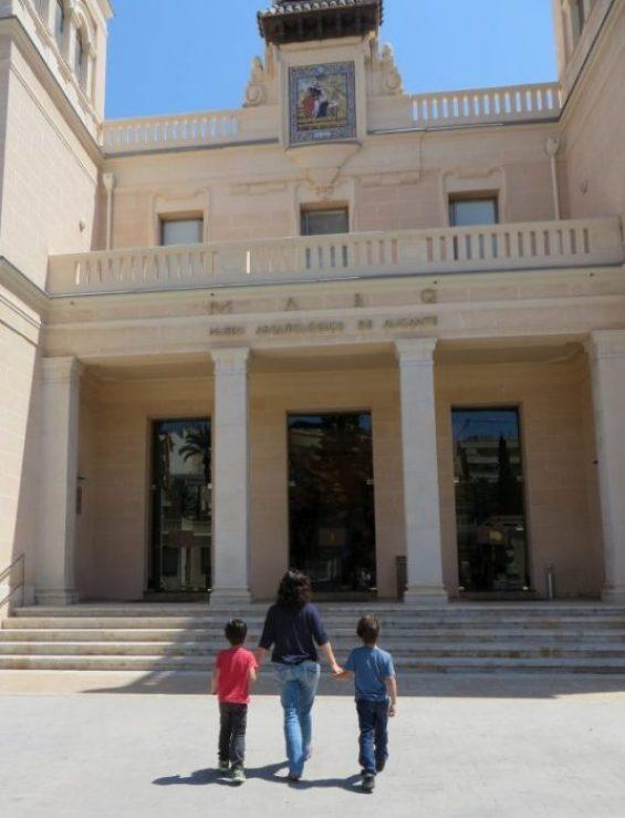 Acceso al MARQ, el Museo Arqueológico de Alicante