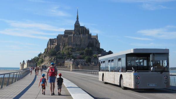 Pots arribar a Mont Sant Michel a peu, en bici, cotxe de cavalls o en bus (França 2016)
