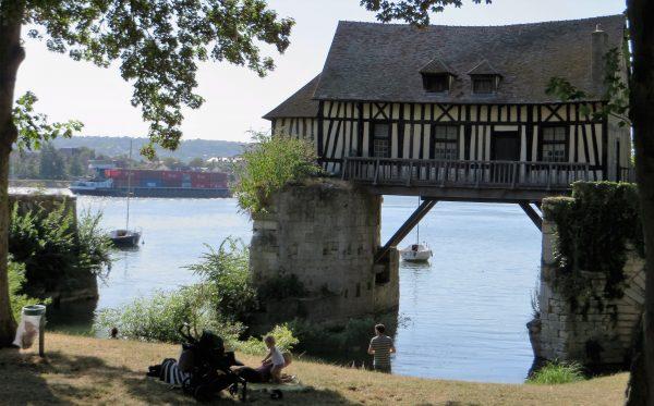 En la ruta hay muchas excusas para detenrse como en este viejo molino junto al río sena en Vernon (Francia 2016)