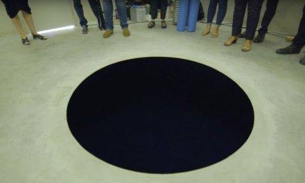Homem se machuca após acreditar que buraco gigantesco era falso dentro de museu