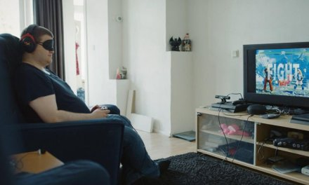 Jovem cego joga videogames utilizando apenas os efeitos sonoros