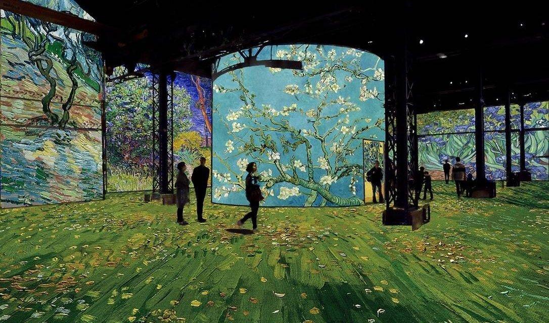 """Nova exposição em Paris permite que visitantes """"entrem"""" em quadros de Van Gogh"""