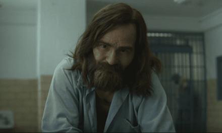 Ator que interpreta Charles Manson em Mindhunter comenta sobre seu personagem