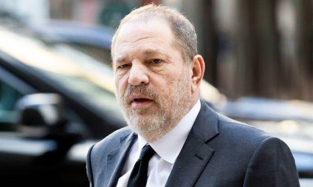 Harvey Weinstein é confrontado por comediantes em evento que acabam expulsas do local