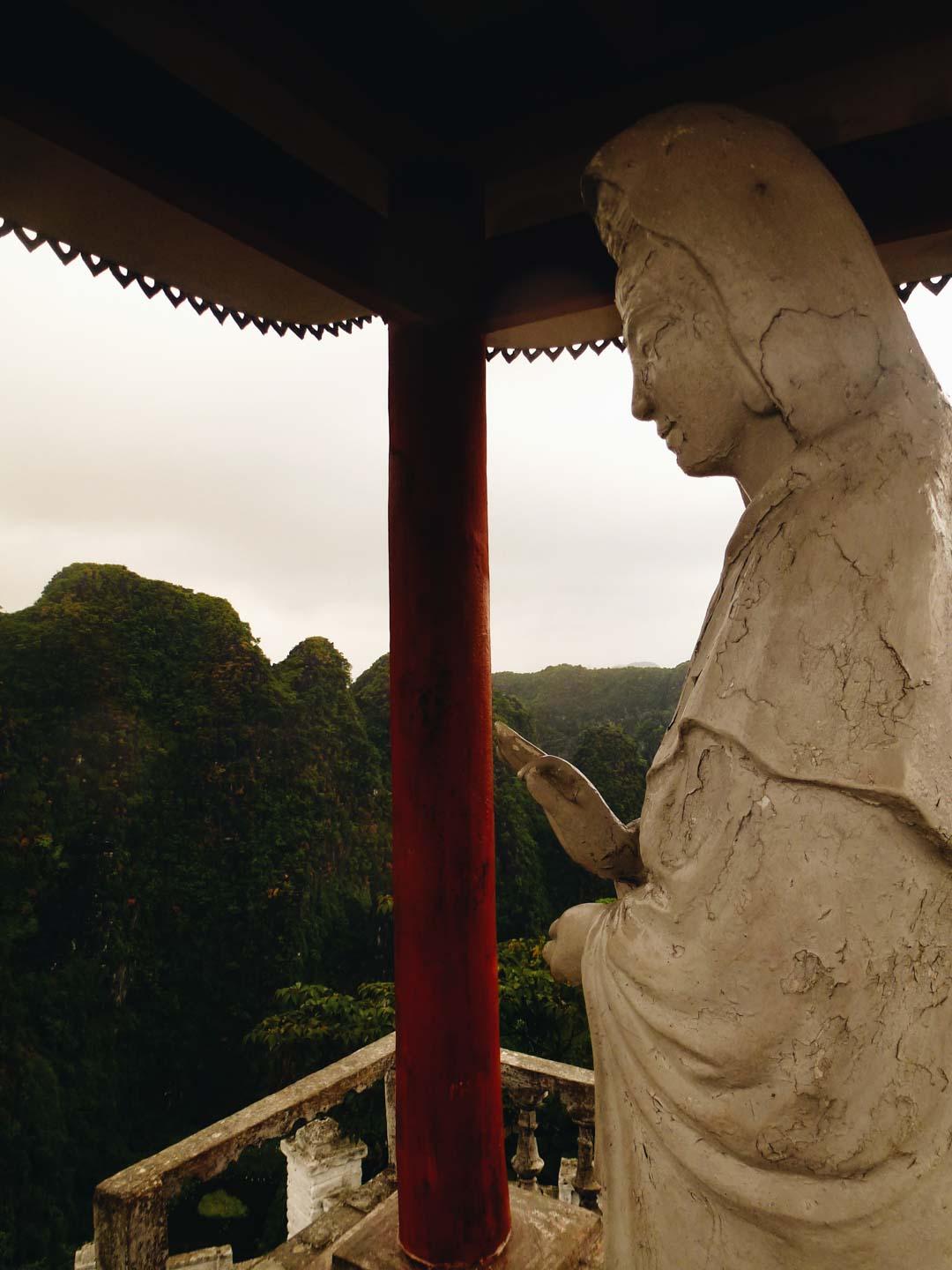 statue en haut de Hang Mua