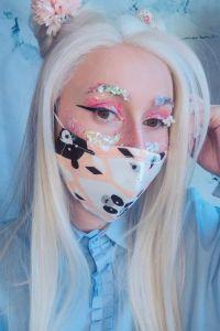 Influencer monísima con maquillaje de lentejuelas y mascarilla monísima e inútil.