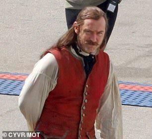 Surgen primeras imágenes de Jude Law como el Capitán Garfio en la película Pan and Wendy 2