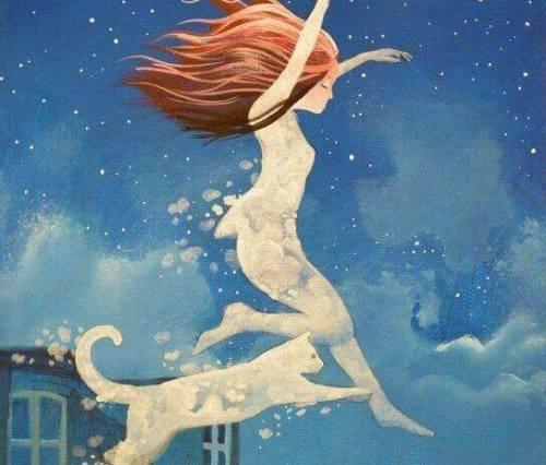 femme sautant avec un chat