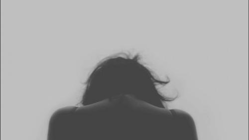 mujer con la cabeza gacha