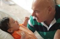 Na imagem: Antônio sorrindo para seu avô.