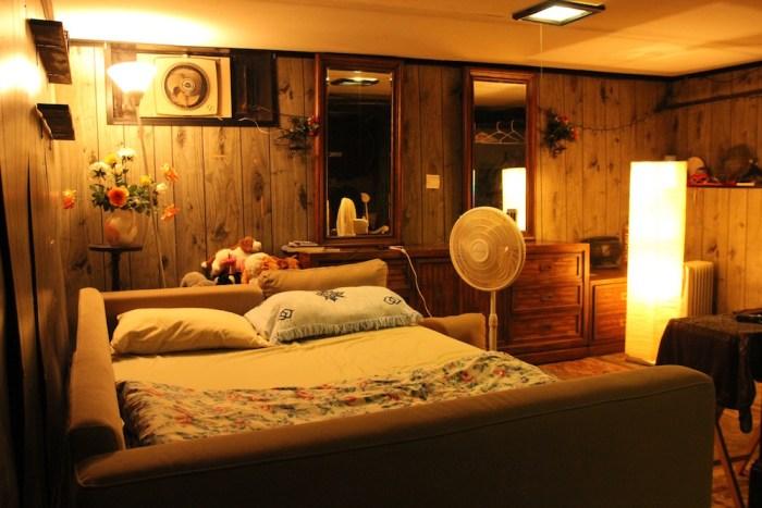 先日NYで1泊した地下室。ベットがふたつあって、1泊3人まで53ドル。