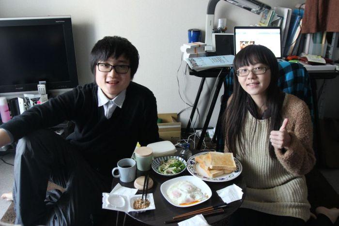 中国人の2人。朝ご飯に納豆あげました。