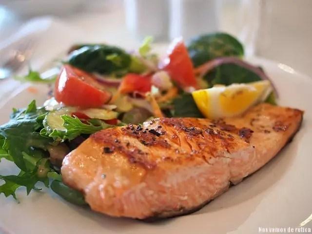 Salmon con ensalada