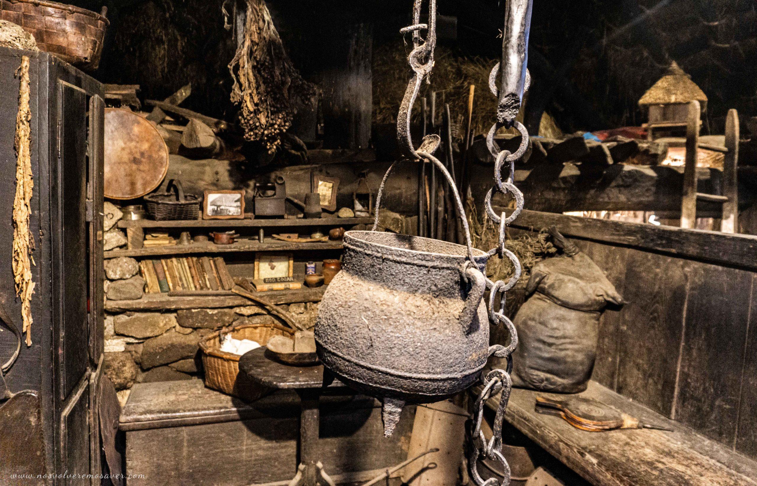 Interior de una palloza, O Piornedo