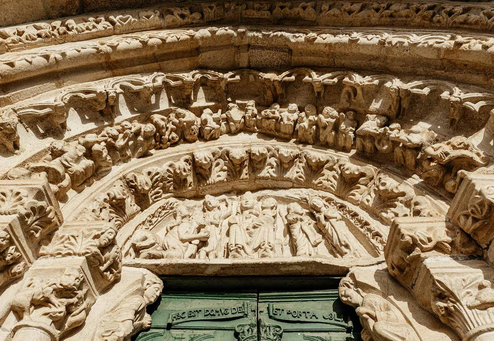 Detalle puerta de Santa María do Azogue