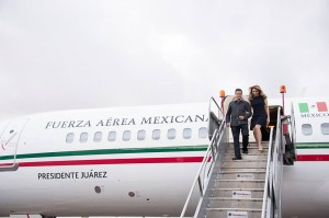 epn y esposa bajan de avion presidencial