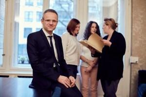 Rechtsanwalt und Notar Matthias Dols und Mitarbeiterinnen im Hintergrund
