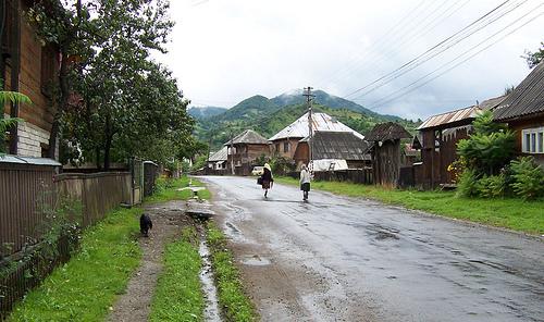 Una calle en Botiza, pueblo ubicado en Maramures
