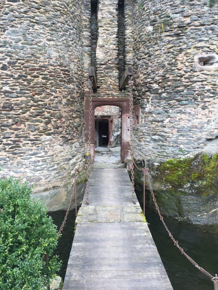 Entrada al castillo de Belcastel con pasarela y foso