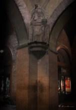 Uno de los secretos de Bolonia es descubrir el efecto acústico que se produce bajo,el,Voltine del,Podestà o popularmente conocido como el arco de los susurros. Allí se encuentran las estatuas de San Domenico y San Petronio. Colocándote bajo cualquiera de ellas, frente a la pared, podrás conversar muy bajito con otra persona que se coloque en el ángulo opuesto. Ambas voces se escucharán perfectamente. Se construyó de esa forma para confesar a los enfermos de lepra y así evitar el contagio.