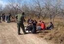 A pesar de los riesgos, migrantes y menores no acompañados siguen cruzando la frontera sur de EE.UU., dice el gobierno