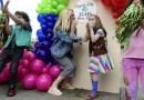Niña sobreviviente de cáncer de 8 años vendió más de 30.000 cajas de galletas de las Girl Scouts y usa las ganancias para luchar contra el cáncer infantil