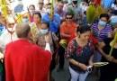 Sacerdote se disculpa luego de quitarle la mascarilla a una feligresa en Honduras