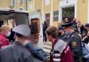 Un activista se cortó la garganta durante una audiencia judicial en Minsk y acusó al gobierno de Belarús de amenazarlo