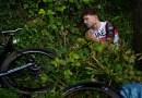 Gran accidente en el Tour de Francia causado por un aficionado que sostenía un cartel