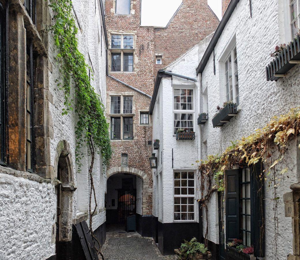 visitar amberes. callejon vlaeykensgang