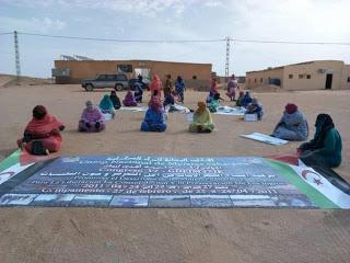 UNMS | UNIÓN NACIONAL DE MUJERES SAHARAUIS.: Mujeres saharauis preparando el mural para la fiesta nacional